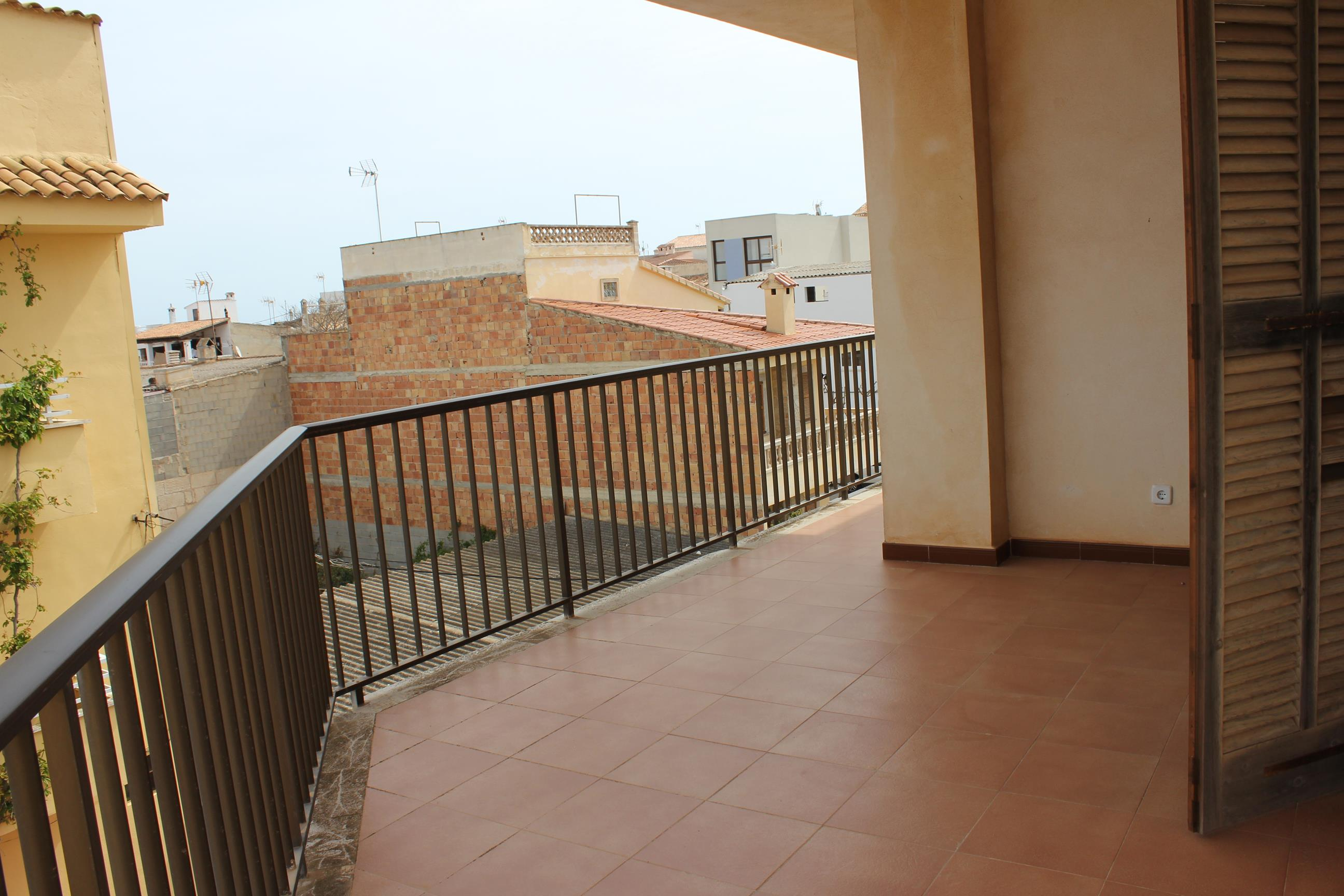 FLAT WITH GARAGE AND TERRACE NEAR THE SEA IN SILLOT.