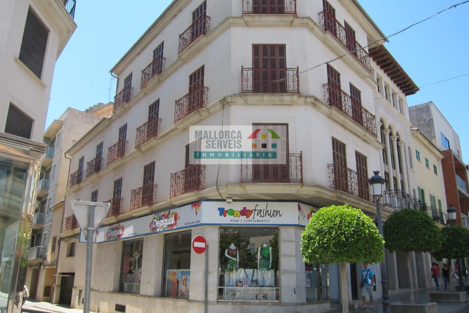 COMERCIAL BUILDING WITH PREMISES AND PARKINGSPACES IN MANACOR CENTRE